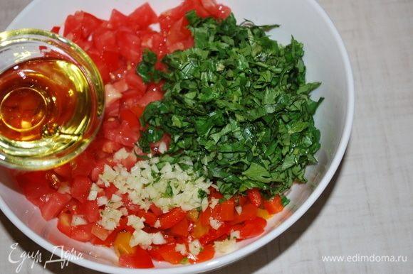 Нарезать свежий помидор, свежую зелень, чеснок, добавить оливковое масло.
