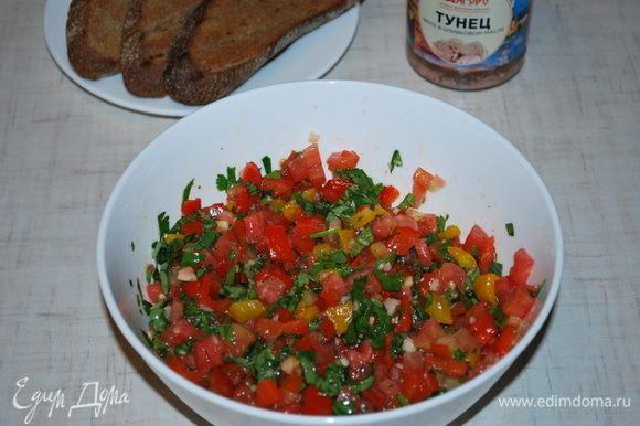Перемешать, добавить соль и перец по вкусу.