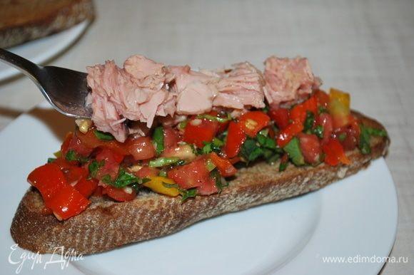 На подсушенный хлеб выложить овощи, а сверху дополнить все тунцом ТМ «Магуро».