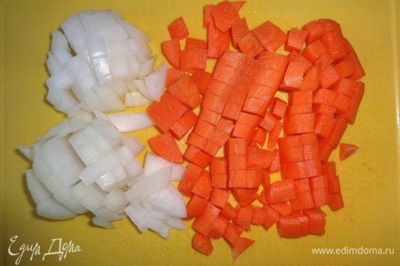 Лук и морковь очистить, вымыть, обсушить, нарезать небольшими кубиками. Замороженный морской коктейль заранее разморозить.