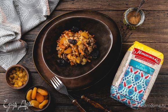 Подождите, пока впитается жидкость, накройте сковородку крышкой, уменьшите огонь до минимума и томите 40–45 минут. Рис в процессе томления ни в коем случае не нужно мешать. Приятного аппетита!