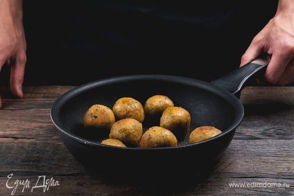 Разогрейте в сотейнике с толстым дном растительное масло. Закладывайте шарики из нута в кипящее масло небольшими порциями, жарьте не дольше 3–4 минут.