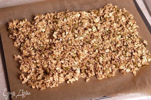 Перенести полученную смесь на бумагу для выпечки, распределить тонким слоем. Перенести лист или на противень или на решетку в духовку.