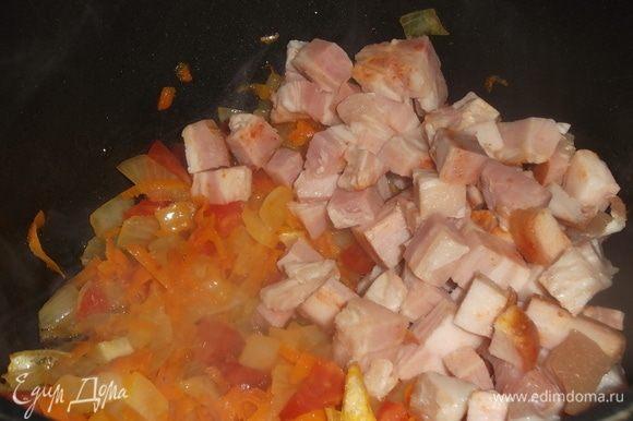 К моркови с луком прибавить нарезанные помидоры, слегка припустить и добавить нарезанную грудинку, пережарить.