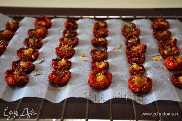 Отправляем в духовку и вялим томаты при температуре 60–80°C около 8–12 часов. Время сушки зависит от размера и мясистости плодов.