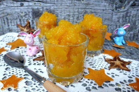 Если вас устраивает степень заморозки сорбе, то быстро разложите его по стаканчикам или креманкам и подавайте на стол. Наслаждайтесь прохладным десертом, подцепляя сорбе маленькой ложечкой. Приятного аппетита!