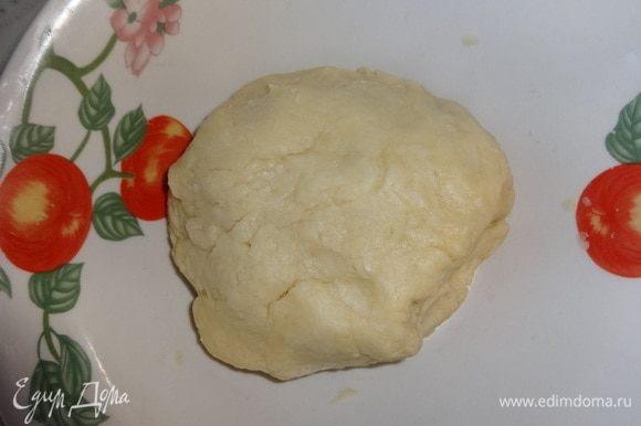 Влить в крошку воду и замесить гладкое тесто. Собрать тесто в шар, положить в миску, накрыть пищевой пленкой и поставить в холодильник на 1 час.