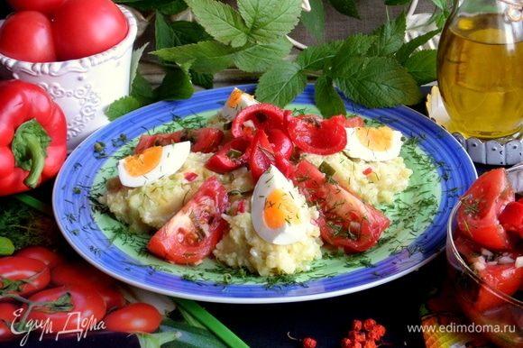 Нет маринованных, подайте со свежими овощами, пюре с ними будет отлично сочетаться.