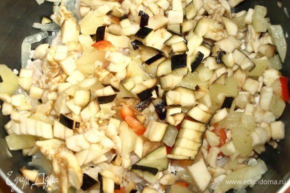Добавить в сотейник нарезанные баклажан, болгарский перец и томить несколько минут.