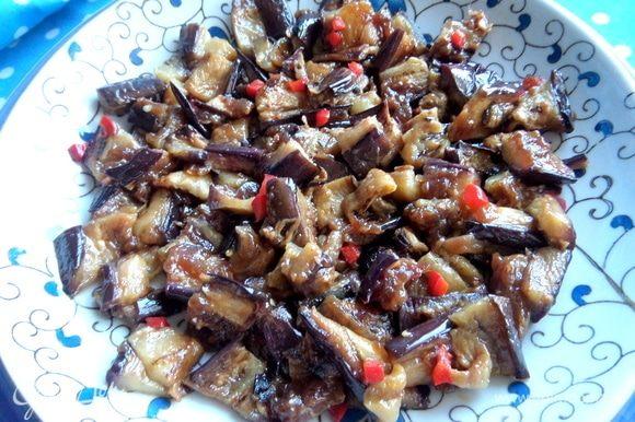 Баклажаны здесь необычные, с остреньким вкусом имбиря и чили. Нарезать на дно тарелки, в которой подавать.