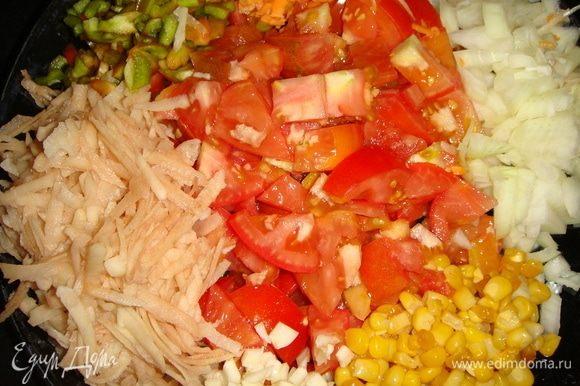 Все овощи помыть и нарезать небольшими кубиками, картофель и морковь натереть на крупной терке.