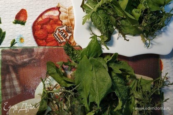 Начинаем оформлять с салатного микса. У меня смесь руколы с ее ореховым послевкусием, дерзкой горчицы и полезного шпината. Рвем зелень руками и выкладываем на тарелку горкой.