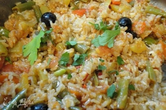Смешиваем овощи с готовым рисом, добавляем маслины и рубленую петрушку. Перемешиваем и оставляем на 10–15 минут, чтобы все взаимно пропиталось ароматами.