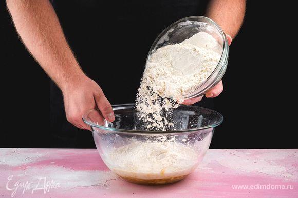 В несколько приемов введите муку. Замешайте тесто. Оно должно получиться не слишком плотным. Муки может уйти немного меньше или больше.