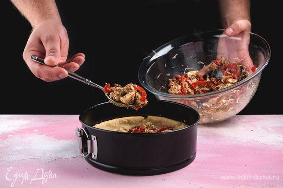 Достаньте из духовки основу киша, посыпьте отложенным сыром. Выложите начинку и немного утрамбуйте.