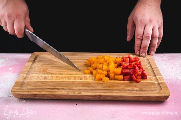 Морковь заранее отварите, перец болгарский очистите. Нарежьте овощи мелкими кубиками.