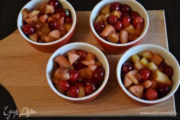 Разложить фруктово-ягодную смесь по формам. Сверху на ягоды распределить штрейзельную крошку. Крамбл можно запечь в одной большой форме или в небольших порционных формах.