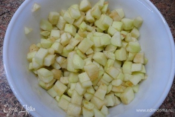 3 средних яблока очистить от кожицы и семян и нарезать кубиками. Залить любым ароматным алкоголем и оставьте примерно на 1 час, периодически помешивая.