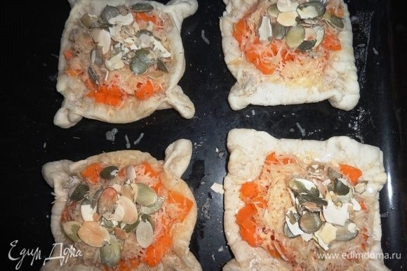 Вытащить противень из духовки. Каждую слойку посыпать сыром и тыквенными семечками ТМ «Сёмушка». Поставить противень в духовку и подержать несколько минут до расплавления сыра.