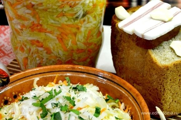 Я обычно с вечера готовлю и на утро перекладываю капусту в банки и в холодильник.