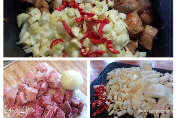 Мясо очистить от жил, лишнего жира и пленок. Обмыть и обсушить бумажной салфеткой, нарезать на порционные кусочки. Крупную луковицу, стебель сельдерея и перец чили мелко нарезать. Количество перца чили зависит от вашей любви к остроте. В кастрюле с толстым дном разогреть масло и обжарить мясо до золотистого цвета. Не кладите сразу все мясо, а обжаривайте его порциями, иначе мясо выделит сок и останется жестким. В обжаренное мясо добавить лук, сельдерей и чили и обжарить в течение нескольких минут.
