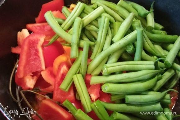 Когда мясо будет готово, можно добавить чабер и овощи: перец и стручковую фасоль. Тушить 20–30 минут до готовности фасоли. Овощи могут быть любыми на ваш вкус. Зимой будет очень вкусно заменить стручковую на отваренную или консервированную белую фасоль.