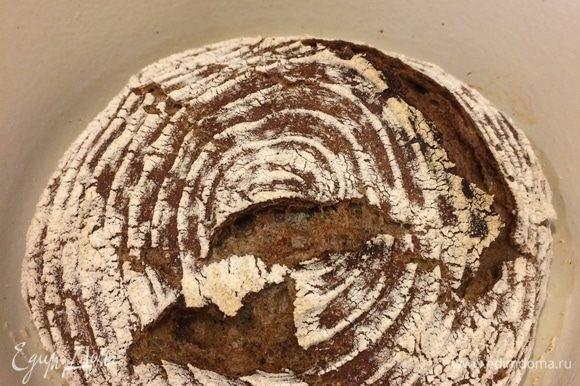 Выпекаем хлеб 20 минут при 220°C, а затем уменьшаем температуру до 200°C, снимаем крышку и выпекаем еще 20–30 минут. Ориентируйтесь по своей духовке!