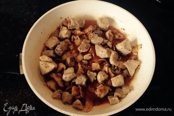 Затем к филе добавить нарезанную полосками кимчи и тушить на медленном огне еще 20 минут. Дополнительно солить и перчить не нужно, так как кимчи сама по себе дает вкусный маринад.