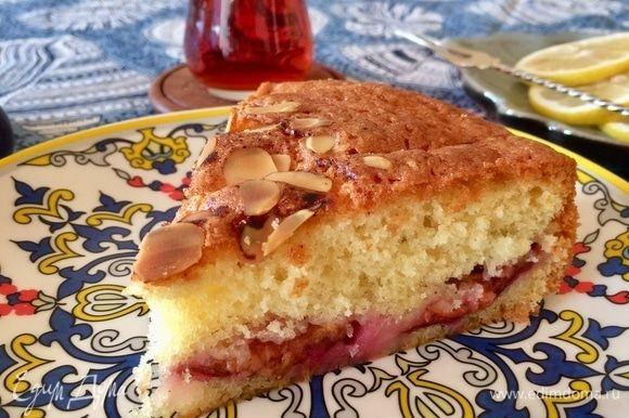 Готовый пирог достать, слегка остудить и подавать к столу.