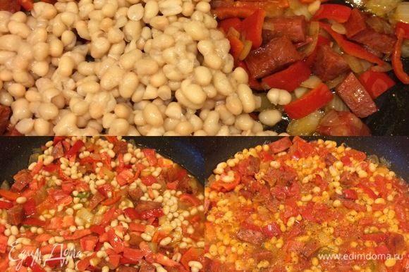 Фасоль хорошо промыть. В кипятке развести томатную пасту. Добавляем к чоризо фасоль, помидор, разведенную томатную пасту, перемешиваем, накрываем крышкой и тушим 10–15 минут. В конце добавляем специи, перемешиваем и снимаем с огня.