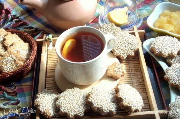 Осталось заварить свежий чай, подать с лимоном и медом.