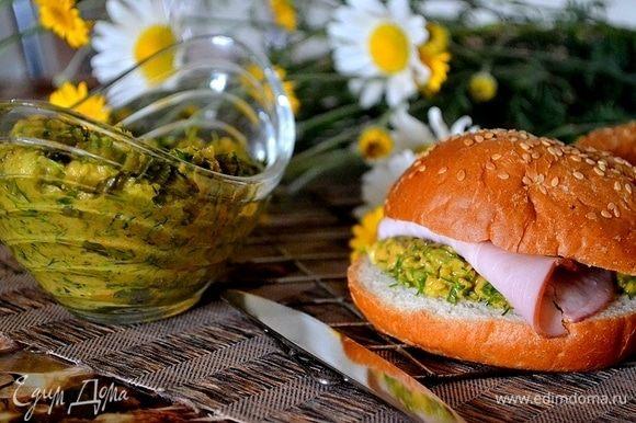 Если дать настояться соусу в холоде пару часов, будет еще ярче вкус и сильнее аромат. Можно подавать и сразу же, в любом случае, это такой богатый букет вкусов! Соус просто идеален к мясу-гриль, к стейку, очень вкусен с курицей. С ним по-новому звучат овощи, обжаренные или протушенные. Мы используем его в приготовлении сэндвичей. Да и просто намазать соус «Шермула» на тост или свежую лепешку — вот и готово царское угощение!
