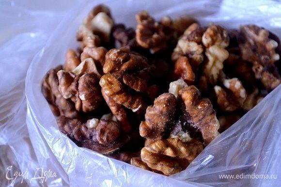 Грецкие орехи обжариваем и измельчаем любым удобным способом. Кладем в варенье орехи и доводим до кипения.