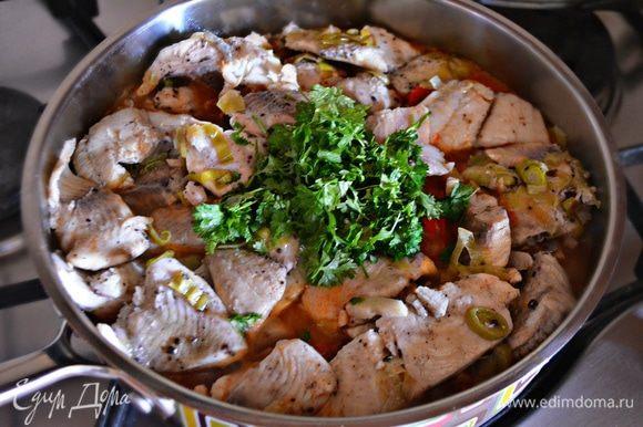 На тушеные овощи аккуратно выложите рыбное филе с луком и чесноком, добавьте рубленную петрушку, накройте крышкой и тушите еще 3–5 мин.