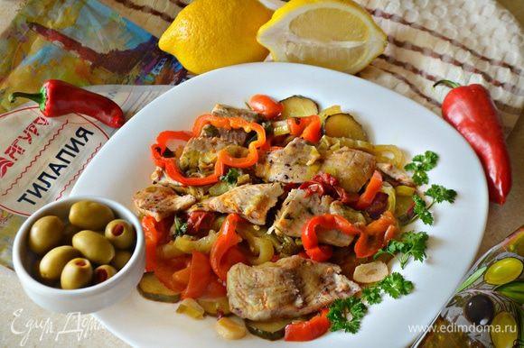 Готовое блюдо при подаче украсьте петрушкой и оливками. Приятного вам аппетита!