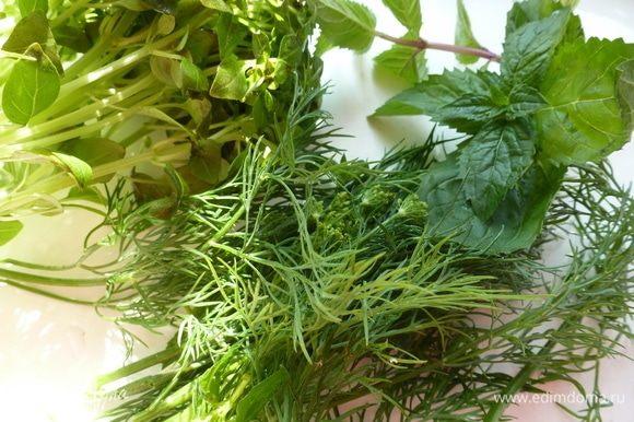 С зелени оборвать листики и мелко нарезать их. В ингредиентах я указала виды зелени в веточках, но, по сути, нужен пучок любимой ароматной зелени.