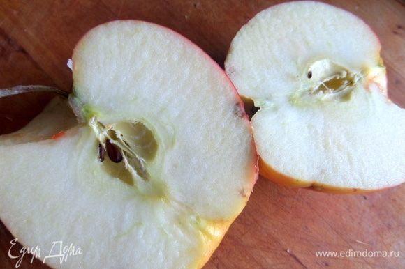 Вкусное большое яблоко очистить от серединки.