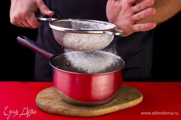 Добавьте разрыхлитель и просеянную муку, равномерно перемешивая тесто.