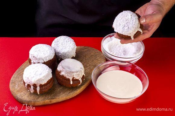 Смажьте кексы глазурью и, пока она не застыла, окуните каждый кекс в кокосовую стружку. Украсьте кексы.
