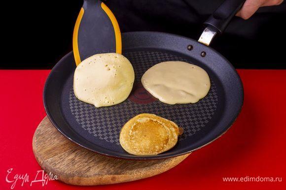 Разогрейте сухую сковороду, выливайте небольшое количество теста и жарьте панкейки до появления пузырьков. Далее переверните и пожарьте с другой стороны до румяного цвета. Сделайте панкейки разного диаметра, чтобы из них можно было сложить гусеничку.