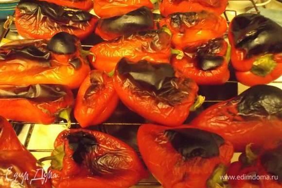 Готовые перцы вынуть из духовки. Выложить в емкость или кастрюлю и накрыть крышкой.