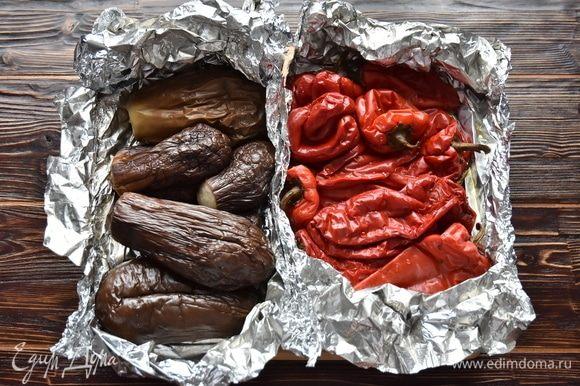 Для приготовления айвара необходимо подготовить перец и баклажаны заранее. Предварительно их завернуть в фольгу и запечь в духовке при 180°C до готовности. На запекание потребуется минут 30–40. Остудить овощи, не разворачивая фольгу.