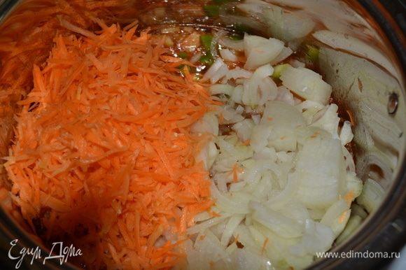 Добавить болгарский перец и лук полукольцами, морковь на терке. Все перемешать и варить еще 10 минут.