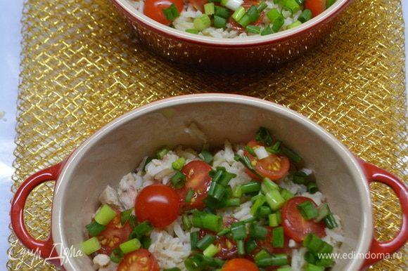 На рис кладем лук и помидоры черри.