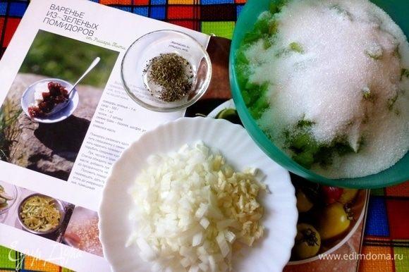 Подготовим ингредиенты. Помидоры разрезать пополам, ложкой выбрать семена. Нарезать мелким кубиком. Засыпать сахаром и оставить до выделения сока. Мелко нарезать чеснок и лук. Травы я взяла сухие, но если есть возможность, конечно же, возьмите свежие.