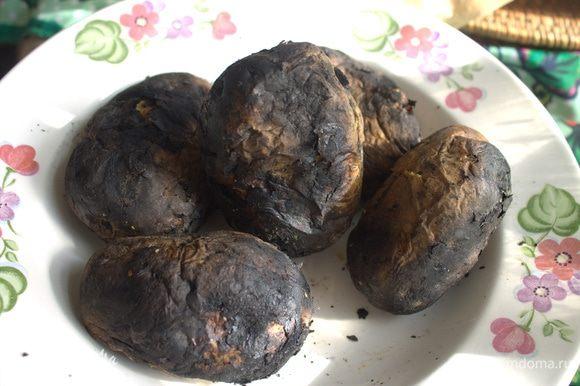 Лакомство нашей семьи летом — запеченная картошка, маме всегда принесут мальчишки.