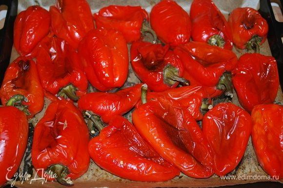Запекаем в духовке 2 кг красного болгарского перца при температуре 200°C примерно 30 минут. Я переворачивала перец, чтобы он запекся с двух сторон. Выбирайте красные мясистые плоды — от этого будет зависеть вкус и цвет икры.