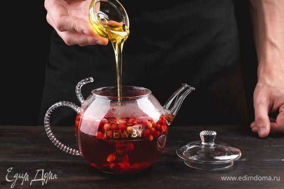 Достаньте из заварника чайные пакетики, добавьте жидкий мед.