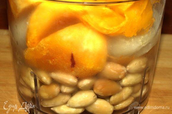 Все продукты складываем в чашу блендера. Добавляем лимонный сок, соль, перец, растительное масло.