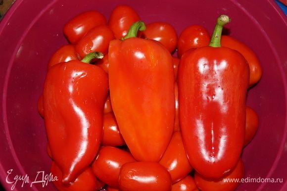 Помойте помидоры и перцы.